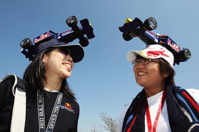 две болельщицы Red Bull в самодельных кепках из болидов на Гран-при Японии 2011