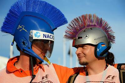 маршалы в оригинальных шлемах на Гран-при Венгрии 2014