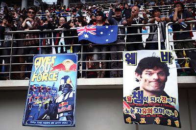 болельщики Red Bull на трибунах Йонама с плакатами в поддержу Феттеля и Уэббера на Гран-при Кореи 2011