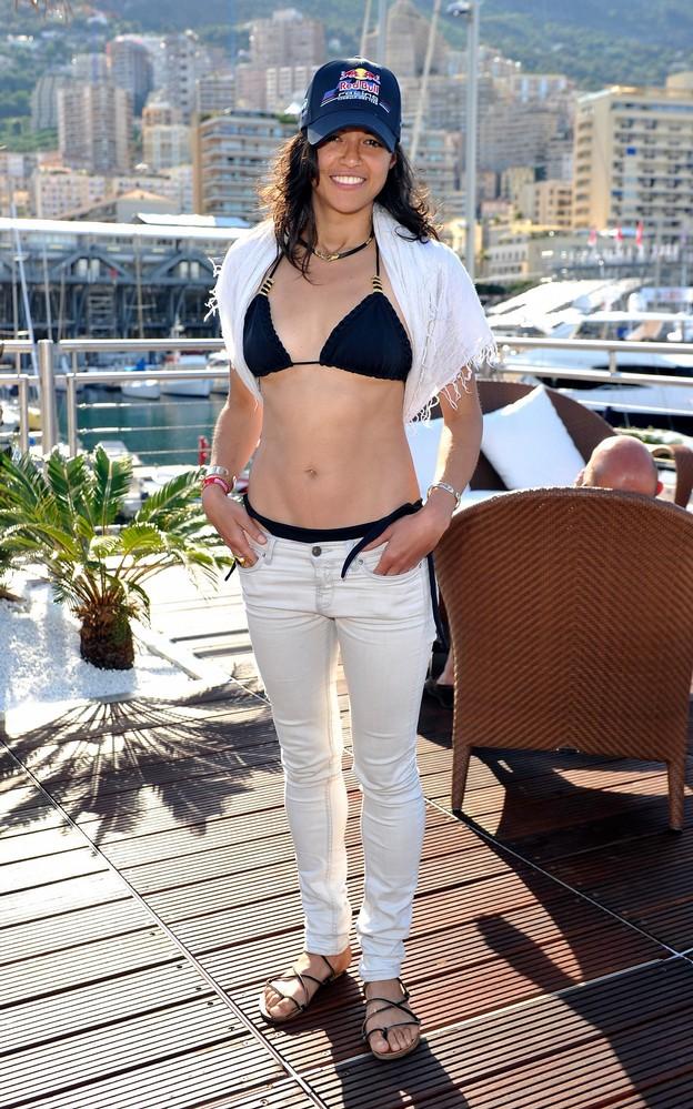 Актриса Мишель в кепке Red Bull на Гран-при Монако 2011