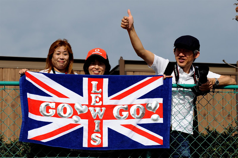 Lewis Go Go - болельщики Льюиса Хэмилтона на Гран-при Японии 2012