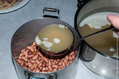 заливаем фасоль бульоном