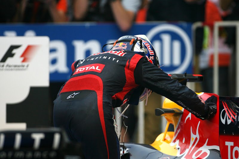 Себастьян Феттель гладит свой Red Bull после победы на Гран-при Кореи 2012