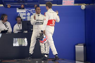 Дженсон Баттон поздравляет Льюиса Хэмилтона с поулом на Гран-при Китая 2013