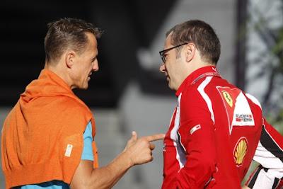 Михаэль Шумахер тычет пальцем в Стефано Доменикали на Гран-при Италии 2011