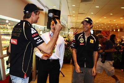 Виталий Петров замахивается на Бруно Сенну микрофоном на автограф-сессии Гран-при Сингапура 2011