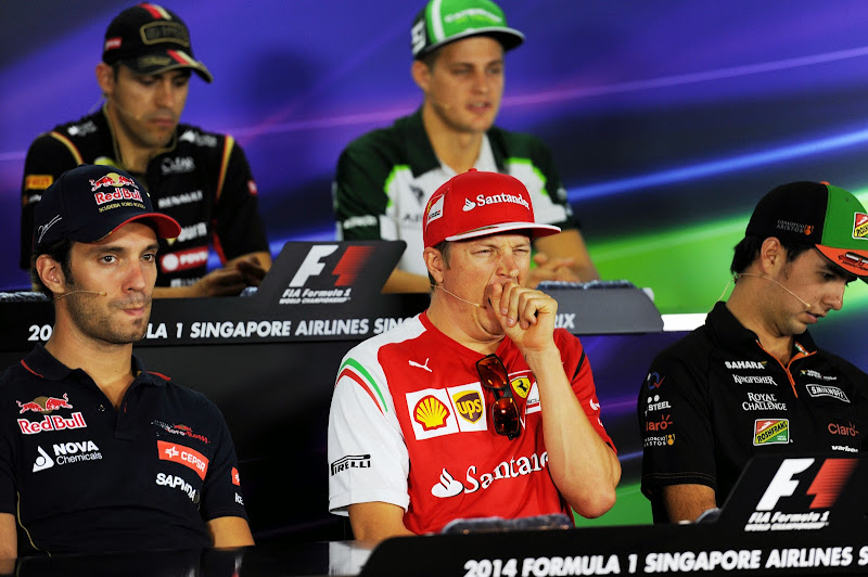 зевающий Кими Райкконен на пресс-конференции в четверг на Гран-при Сингапура 2014