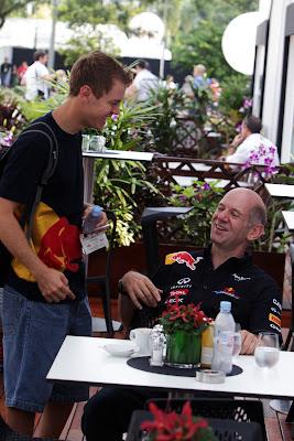 Себастьян Феттель и Эдриан Ньюи веселятся на Гран-при Сингапура 2011