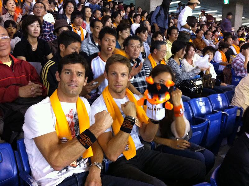 Марк Уэббер Дженсон Баттон Джессика Мичибата на бейсбольном матче в Японии