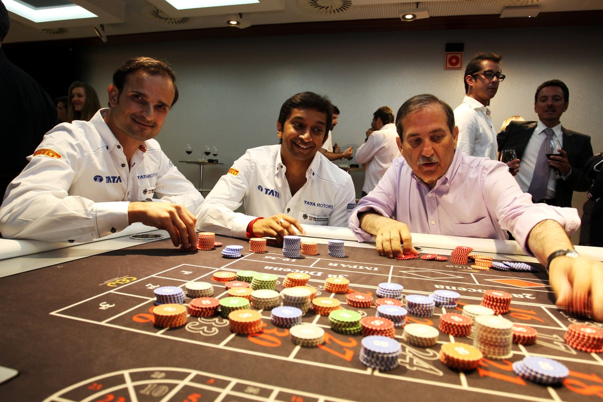 Витантонио Льюцци Нараин Картикеян и Хосе Рамон Карабанте Валенсия играют в азартные игры на Гран-при Европы 2011