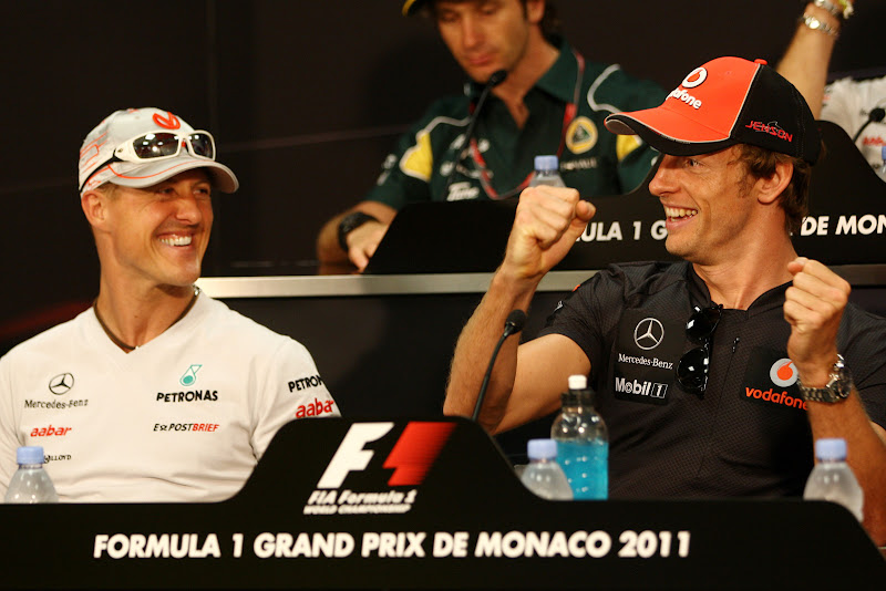 Михаэль Шумахер и рулящий Дженсон Баттон на пресс-конференции в среду на Гран-при Монако 2011