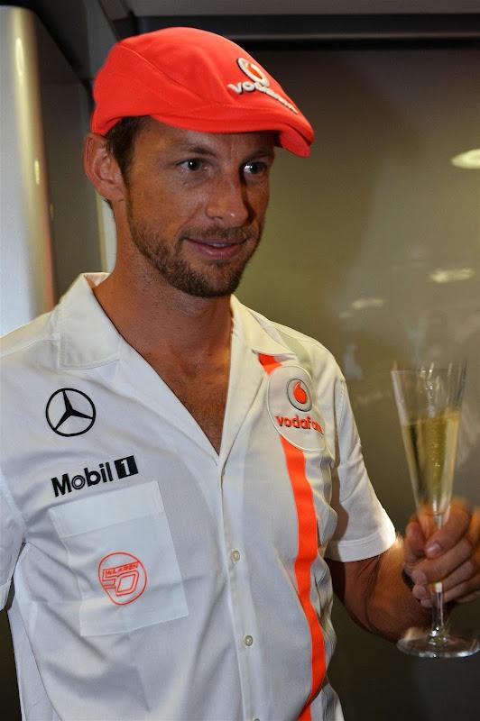 Дженсон Баттон в старой кепке с шампанским на вечеринке в честь 50-летия McLaren на Гран-при Италии 2013