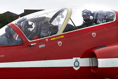 Льюис Хэмилтон в кокпите самолета Красных Стрелам Королевских ВВС Великобритании