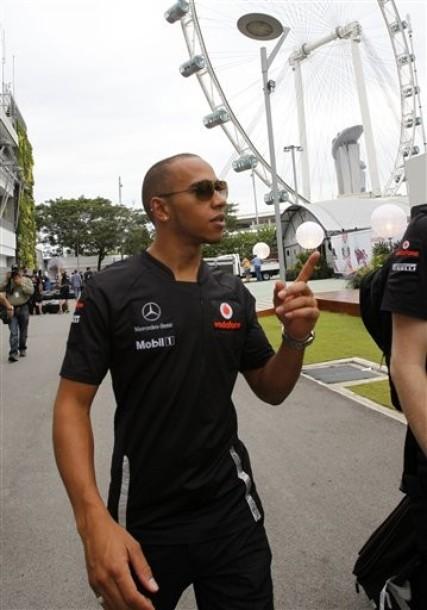 Льюис Хэмилтон показывает палец в паддоке Гран-при Сингапура 2011