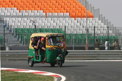 Дженсон Баттон и Джейк Хамфри пилотируют индийскую машинку на трассе Буддх на Гран-при Индии 2011