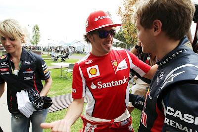 Фернандо Алонсо и Себастьян Феттель в добром расположении духа встречают друг друга на Гран-при Австралии 2012