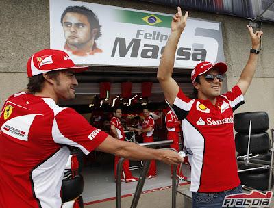 Фернандо Алонсо протягивает очки Фелипе Массе на пит-лейне Гран-при Канады 2012