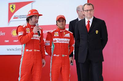 Фернандо Алонсо с микрофоном и Фелипе Масса с измученным видом на презентации Ferrari в Маранелло 3 февраля 2012