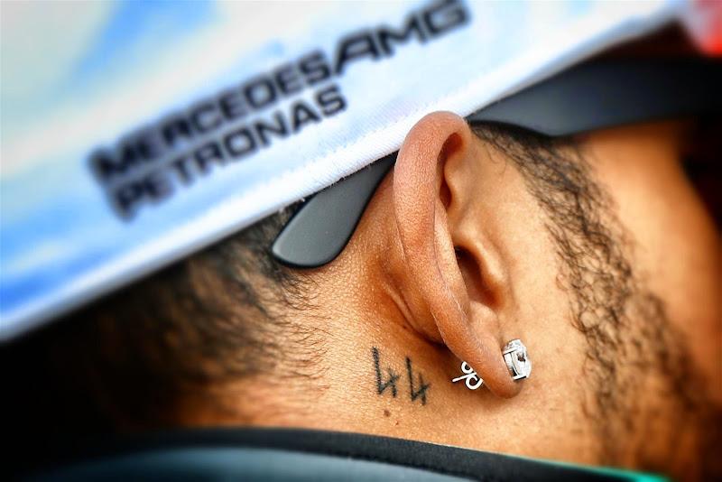 татуировка 44 за ухом у Льюиса Хэмилтона на Гран-при Великобритании 2014