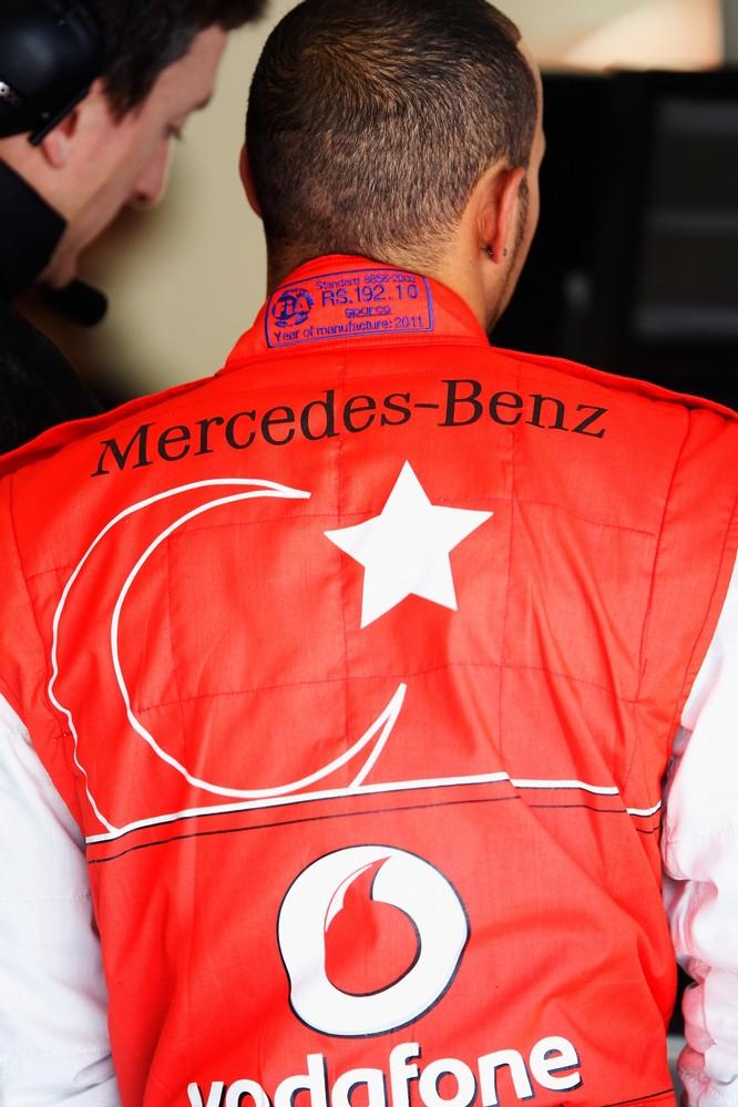 комбинезон Hugo Boss Льюиса Хэмилтона для Гран-при Турции 2011 вид сзади