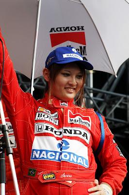 болельщица в комбинезоне McLaren Айртона Сенны на Гран-при Японии 2012