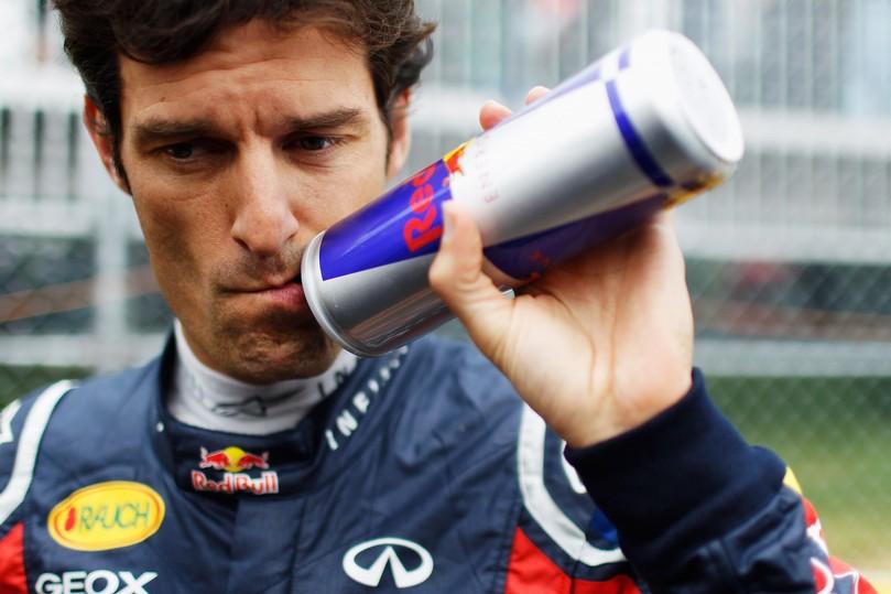 Марк Уэббер попивает из своей бутылки Red Bull на Гран-при Канады 2011
