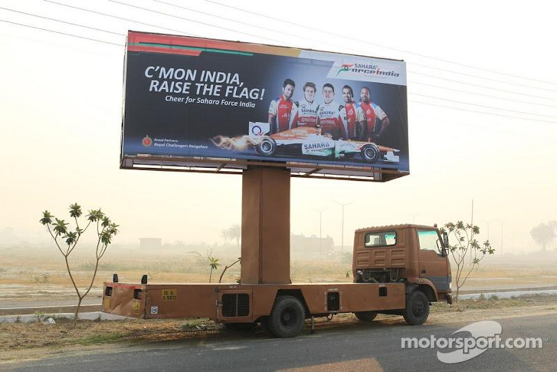 передвижной баннер на колесах Force India на Гран-при Индии 2012