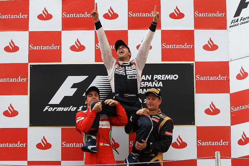 Пастор Мальдонадо отмечает победу на плечах Фернандо Алонсо и Кими Райкконена на подиуме Гран-при Испании 2012