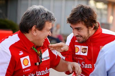 Фернандо Алонсо шутит с сотрудником Ferrari на Гран-при Кореи 2013