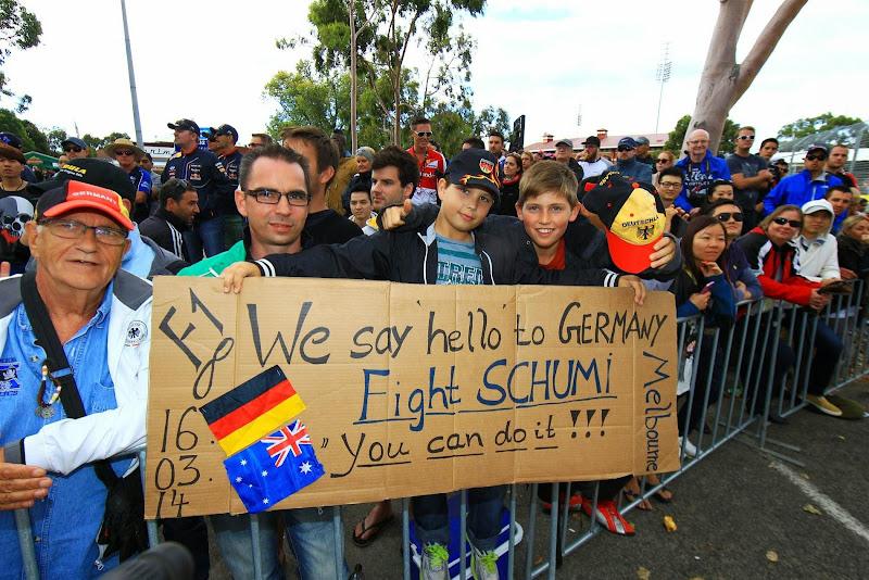 болельщики поддерживают Михаэля Шумахера на Гран-при Австралии 2014
