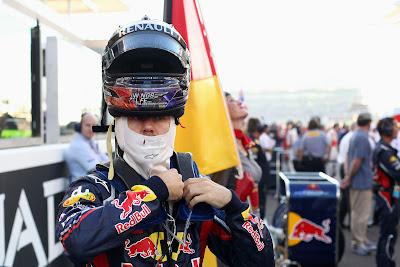 Себастьян Феттель готовится к гонке на стартовой решетке Яс Марины на Гран-при Абу-Даби 2011