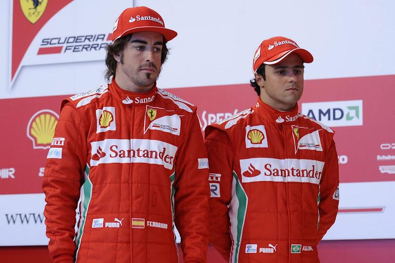 Фернандо Алонсо и Фелипе Масса удрученно смотрят на новую Ferrari F2012 на презентации болида в Маранелло 3 февраля 2012