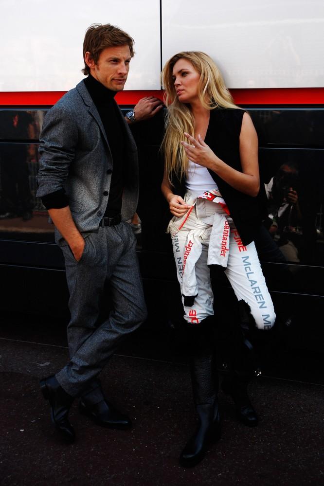 Дженсон Баттон с девушкой в комбинезоне McLaren на фотосессии в дни уикэнда Гран-при Монако 2011