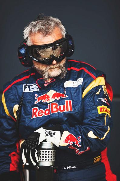 усатый механик Toro Rosso R. Ninci на Гран-при Великобритании 2011 в Сильверстоуне