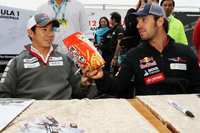 Жан-Эрик Вернь предлагает Камуи Кобаяши перекусить на автограф-сессии Гран-при Кореи 2012