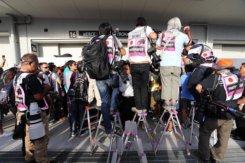 фотографы на лесенках на Гран-при Японии 2012