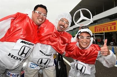 болельщики в бело-красной раскраске McLaren Honda на Гран-при Японии 2014