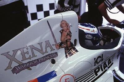 реклама сериала Зена - королева воинов на болиде Tyrrell Мики Сало на Гран-при Великобритании 1997