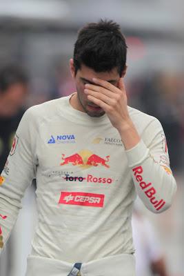 Хайме Альгерсуари фэйспалмит гуляя по паддоку Йонама на Гран-при Кореи 2011