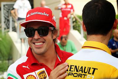 Фернандо Алонсо хлопает по плечу моториста Renault на Гран-при Бахрейна 2014