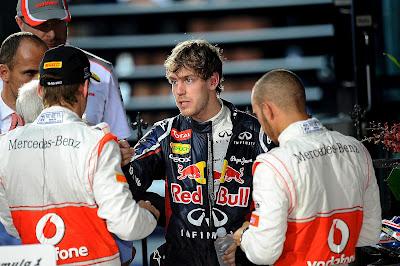 Себастьян Феттель скалится перед Дженсоном Баттоном и Льюисом Хэмилтоном на Гран-при Австралии 2012
