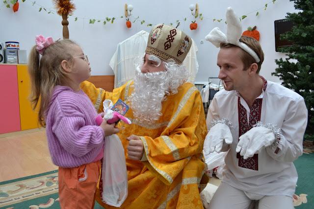Святий Миколай слухає віршики