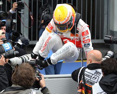 прыжок Льюиса Хэмилтона над ограждением закрытого парка после победы на Гран-при Германии 2011