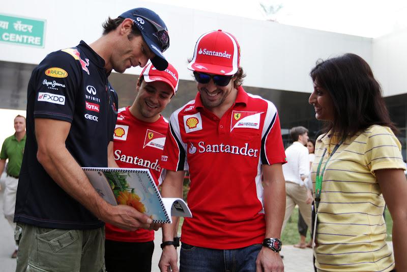 Марк Уэббер показывает смешную книжку Фелипе Массе и Фернандо Алонсо на Гран-при Индии 2011