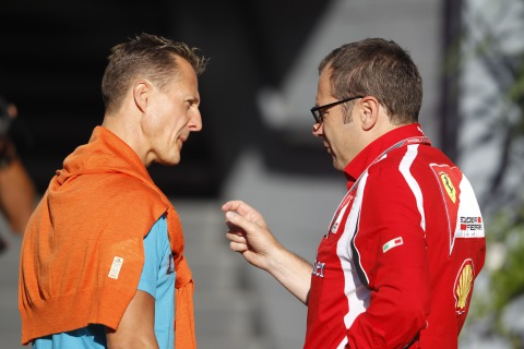 Стефано Доменикали показывает Михаэлю Шумахеру на Гран-при Италии 2011