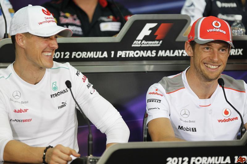улыбающиеся Михаэль Шумахер и Дженсон Баттон на пресс-конференции в четверг на Гран-при Малайзии 2012