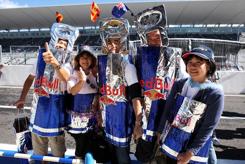 болельщики Red Bull в костюмах банок с флажками на Гран-при Японии 2011