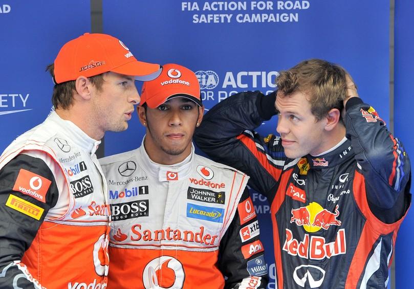 Дженсон Баттон и Себастьян Феттель не замечают Льюиса Хэмилтона после квалификации на Гран-при Кореи 2011