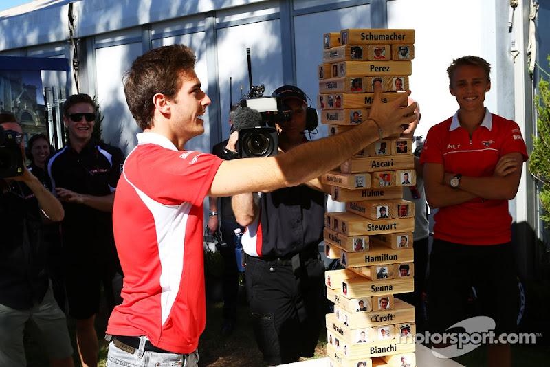 Макс Чилтон и Жюль Бьянки играют в Дженгу перед Гран-при Австралии 2013