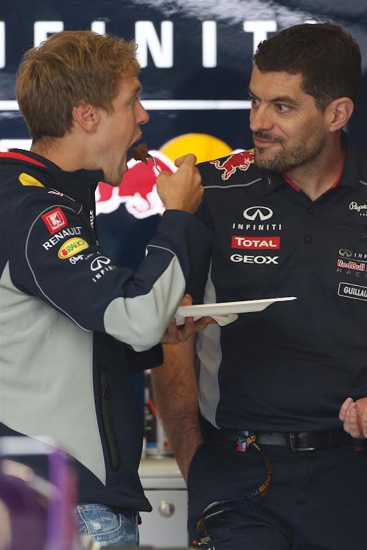 Себастьян Феттель кушает тортик на день рожденья на Гран-при Германии 2013